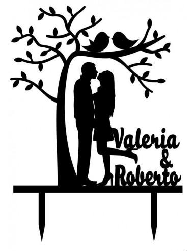 Topper pareja bajo árbol con nombres